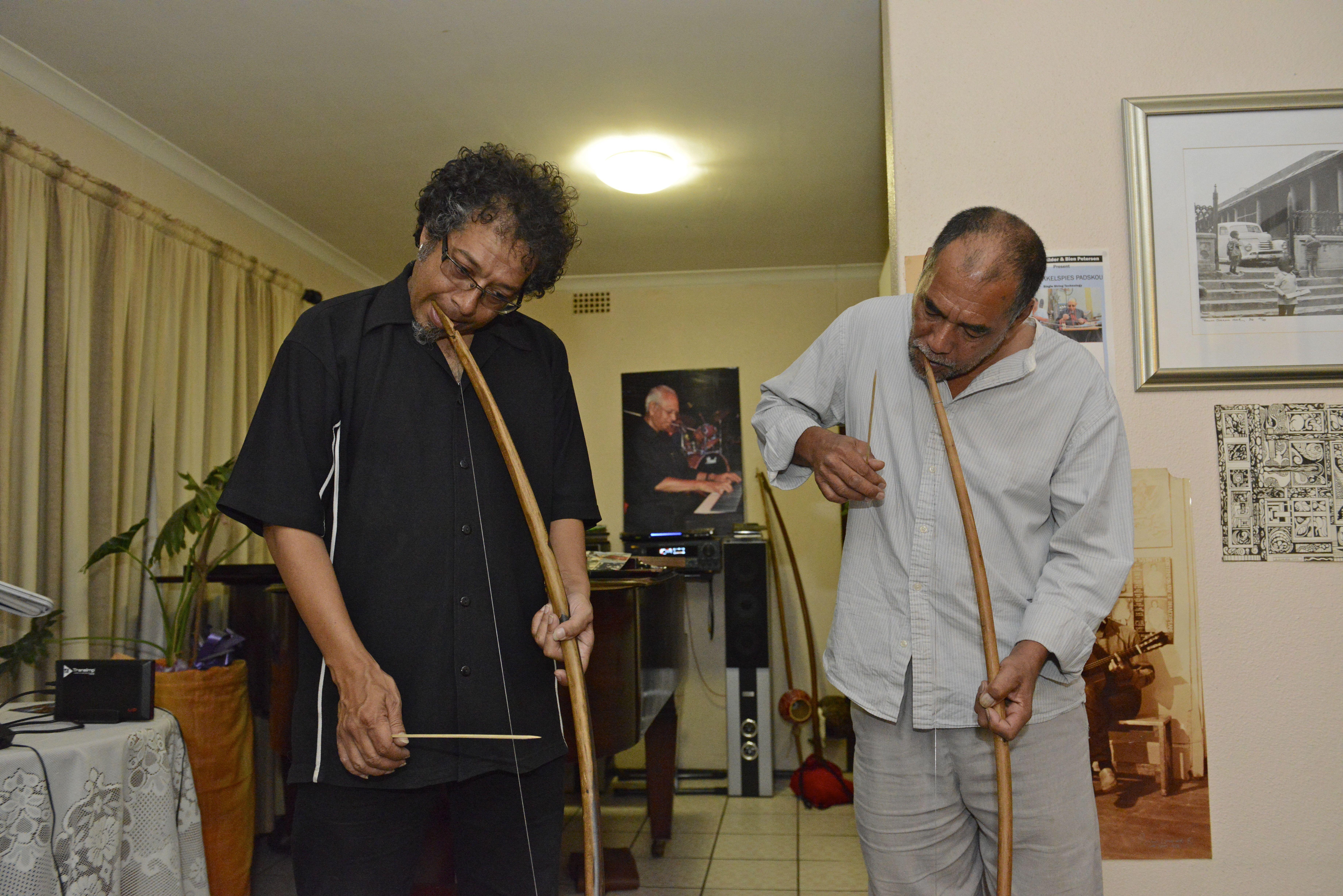 Hilton Schilder und ein Musikerkollege spielen auf dem afrikanischen Mundbogen.