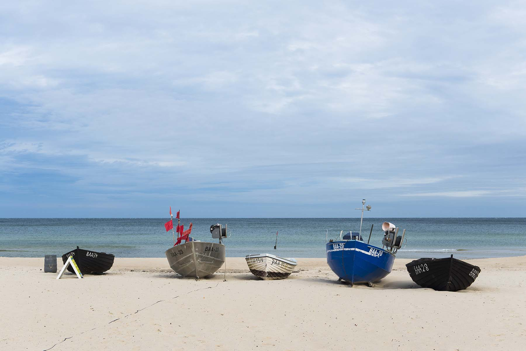 Symbolbild mit Fischerbooten am Strand von Baabe auf Rügen.