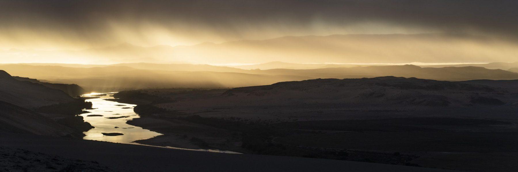 Gewitter über dem Orange River (Oranje), an der Grenze zwischen Namibia und Südafrika, Sperrgebiet Nationalpark, auch  Tsau-ǁ Khaeb Nationalpark, Namibia